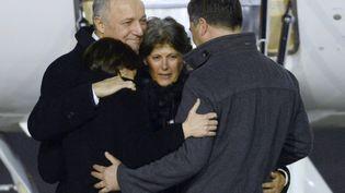 Claudia Priest entourée par le ministre des Affaires étrangères LaurentFabiuset ses proches, lors de son arrivée à l'aéroport de Villacoublay (Yvelines), le 25 janvier 2015. (BERTRAND GUAY / AFP)