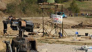 Une barricade montée par les opposants sur le site du barrage de Sivens, le 27 octobre 2014. (REMY GABALDA / AFP)