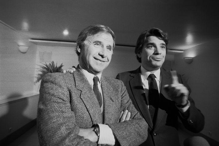 Michel Hidalgo et Bernard Tapie lors de la reprise de l'OM par le second, le 19 février 1986 à Paris. (PATRICK AVENTURIER / GAMMA-RAPHO / GETTY IMAGES)