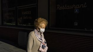 Une femme âgée portant un masque dans la rue, le 2 mai 2020 à Paris. (DENIS MEYER / HANS LUCAS / AFP)