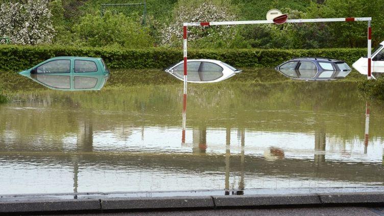Des voitures garées sur un parking inondé, samedi 4 mai 2013, à Dijon (Côte-d'Or). (PHILIPPE DESMAZES / AFP)