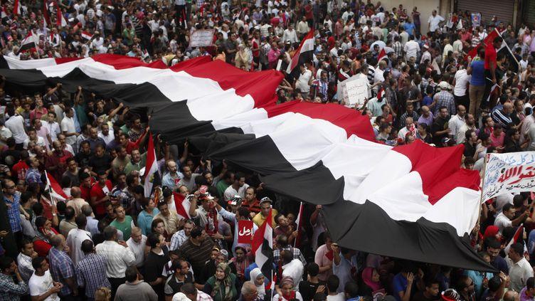 Des centaines de manifestants anti-Morsi dans une rue d'Alexandrie en Egypte, le 30 juin 2013. (ASMAA WAGUIH / REUTERS)