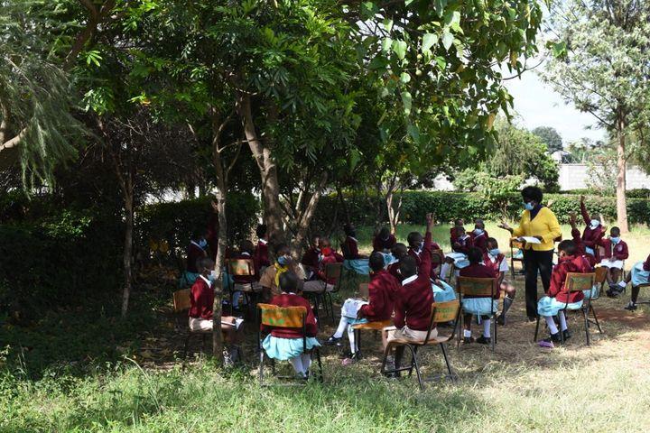 Pour observer la distanciation physique, les cours sont organisés à l'extérieur des classes trop surchargées. (SIMON MAINA / AFP)