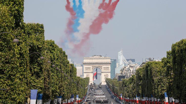 La Patrouille de France survole les Champs-Élysées, le 14 juillet 2018. (OLIVIER CORSAN / MAXPPP)