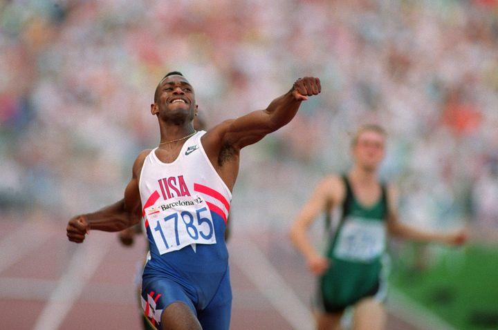 L'Américain Kevin Young bat le record du monde du 400 m haies.  (ERIC FEFERBERG / AFP)