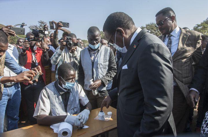 Lazarus Chakwera en train de marquer son index à l'encre indélébile, lors du scrutin présidentiel à Lilongwe, le 23 juin 2020 (AMOS GUMULIRA / AFP)