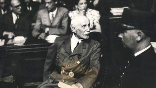 Le maréchal Pétain lors de son procès devant la Haute Cour de Justice, en août 1945. (PHOTOSVINTAGES/AFP)