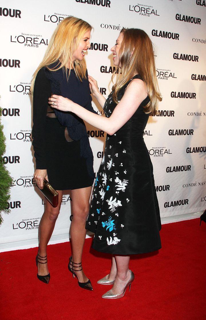 Le 10 novembre 2014 à New York, Ivanka Trump et Chelsea Clinton au Glamour Women of the Year Awards. (LAURA CAVANAUGH / FILMMAGIC)