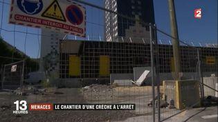 À Échirolles (Isère) où le chômage touche 40% des jeunes, la situation n'est plus tenable à tel point que certains d'entre eux sont allés demander du travail sur le chantier d'une crèche, désormais à l'arrêt. (FRANCE 2)