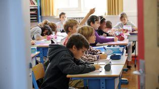 Des enfants installés dans une classe d'une école primaire de Nantes (Loire-Atlantique), le 5 septembre 2011. (FRANK PERRY / AFP)