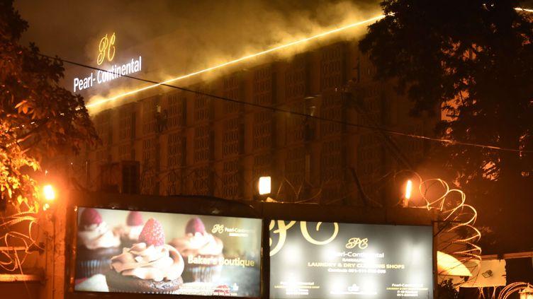 Un incendie s'est dclaré à l'intérieur de l'hôtel Pearl Continental de Rawalpindi (Pakistan), mercredi 6 janvier 2016. (ANJUM NAVEED / AP / SIPA)