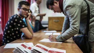 Des militants socialistes votent en vue du congrès du PS, le 21 mai 2015 à Lyon (Rhône). (JEFF PACHOUD / AFP)