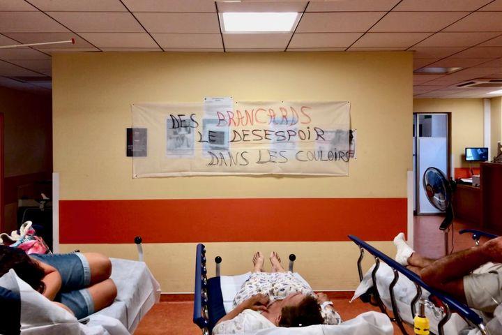 Dans le couloir des urgences de Bastia, une quinzaine de patients attendent sur des brancards, le 14 août 2019. (MATTHIEU MONDOLONI / FRANCE-INFO)