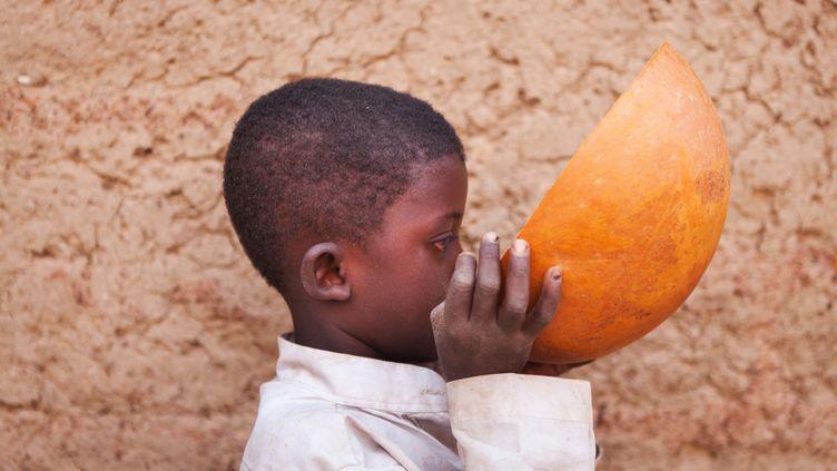 Pas de repas sans lait au Burkina Faso, consommé ici dans une calebasse (photo prise le 27 février 2017). (ANTOINE BOUREAU / PHOTONONSTOP)