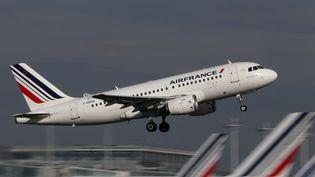 Un Airbus A320 d'Air France décolle de l'aéroport Roissy Charles-de-Gaulle (Val-d'Oise), le 27 octobre 2015. (CHRISTIAN HARTMANN / REUTERS)