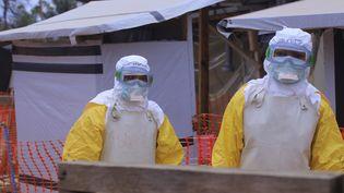 Deux medecins à Beni au nord-est, dans un centre de traitement qui accueille les cas suspects d'Ebola, en mai 2019.  (KITSA MUSAYI / DPA)