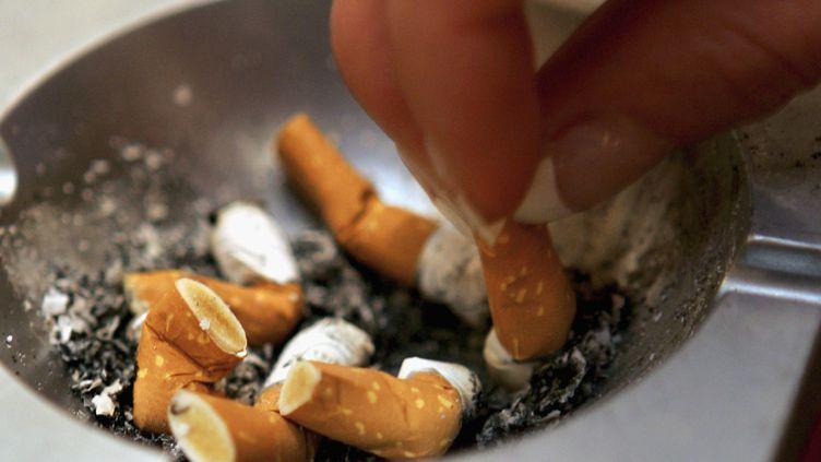 Après avoir arrêté le tabac, près de 80% des ex-fumeurs prennent, en moyenne, 7 kilos. (ANDREAS RENTZ / GETTY IMAGES)