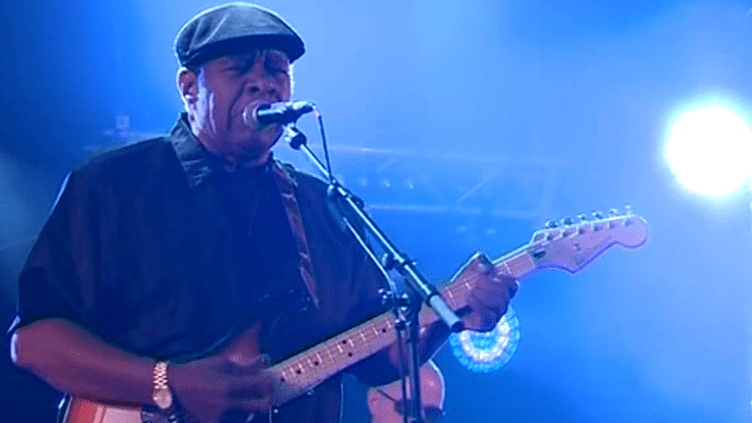 Le guitariste américain Roy Roberts à Jarnac pour l'ouverture du festival Cognac Blues Passions, le 5 juillet 2016  (Culturebox / Capture d'écran)