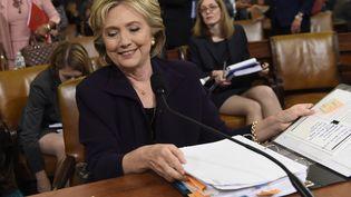 Hillary Clinton, le 22 octobre 2015 à Washington (Etats-Unis), lors de son audition devant un comité de parlementaires américains sur une attaque à Benghazi (Libye), dans laquelle quatre Américains dont l'ambassadeur avaient trouvé la mort en 2012. (SAUL LOEB / AFP)