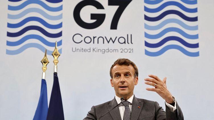 Le président français, Emmanuel Macron, donne une conférence de presse à l'issue du sommet du G7, à Carbis Bay, au Royaume-Uni, le 13 juin 2021. (LUDOVIC MARIN / AFP)