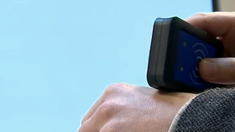 Des employés d'une société belge ont accepté de se faire implanter sous la peau une puce faisant office de clé et de badge et recelant de nombreuses informations. (France 2)