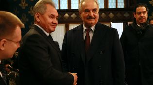 Rencontre entre le ministre russe de la Défense Sergei Shoigu et l'homme fort de l'Est libyen, le maréchal Khalifa Haftar, le 13 janvier 2020 à Moscou. (HO / RUSSIAN FOREIGN MINISTRY)