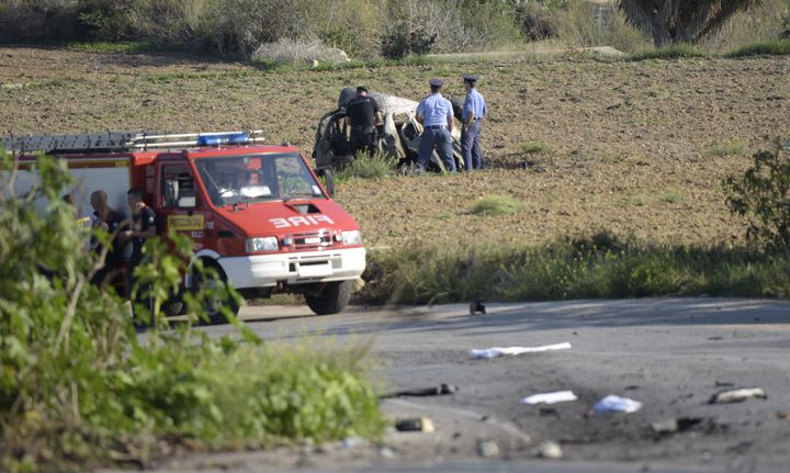 Des policiers s'affairent autour du véhicule où circulait Daphne Caruana Galizia, avant de perdre la vie dans une explosion, lundi 16 octobre dans le nord de Malte. (STR / AFP)