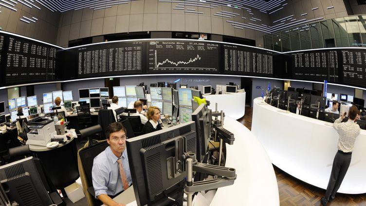 Des traders dans la salle d'échanges de la Bourse de Francfort (Allemagne), le 27 octobre 2008. (THOMAS LOHNES /AFP)