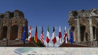 Les drapeaux des membres du G7, disposés dans le théâtre grec de Taormina (Italie), le 26 mai 2017. (MIGUEL MEDINA / AFP)