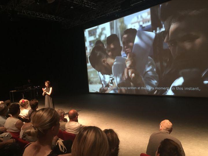 Christiane Jatahy accueille les spectateurs au début de la pièce en leur expliquant sa démarche. (LORENZO CIAVARINI AZZI / FRANCEINFO CULTURE)