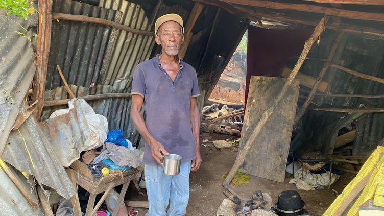 Au bord des routes, les cabanes qui, habituellement, servent des repas ont été détruites, comme celle de cet homme. Iln'a plus que de l'eau à faire bouillir dans sa casserole, sans nourriture. (BORIS LOUMAGNE / RADIO FRANCE)