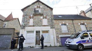 Des policiers devant la maison de Maryvonne Thamin après une manifestation, le 4 mai 2015 à Rennes (Ille-et-Vilaine). (MAXPPP)