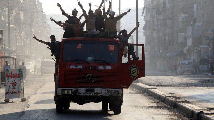 Des rebelles syriens célèbrentla fin du siège d'Alep dans les rues de la ville. (THAER MOHAMMED / AFP)
