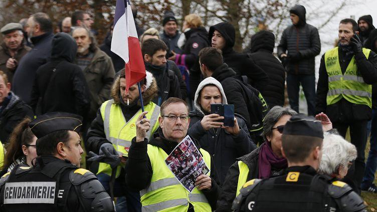 """Des """"gilets jaunes"""" rassemblés à Grand Bourgtheroulde (Eure), le 15 janvier 2019. (CHARLY TRIBALLEAU / AFP)"""