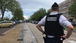 Des policiers dans le quartier de Borny à Metz, 3 juin 2021, où a eu lieu le drame. (CÉCILE SOULÉ / FRANCE-BLEU LORRAINE NORD)