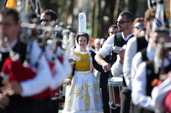 Pendant la grande parade du Festival Interceltique de Lorient, une femme est habillée en tenue traditionnelle bretonne le 6 août 2017. (JEAN-SEBASTIEN EVRARD / AFP)