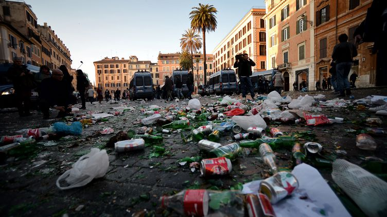 Les rues de Rome, jonchées de débris après le passage de supporters surexcités  (FILIPPO MONTEFORTE / AFP)