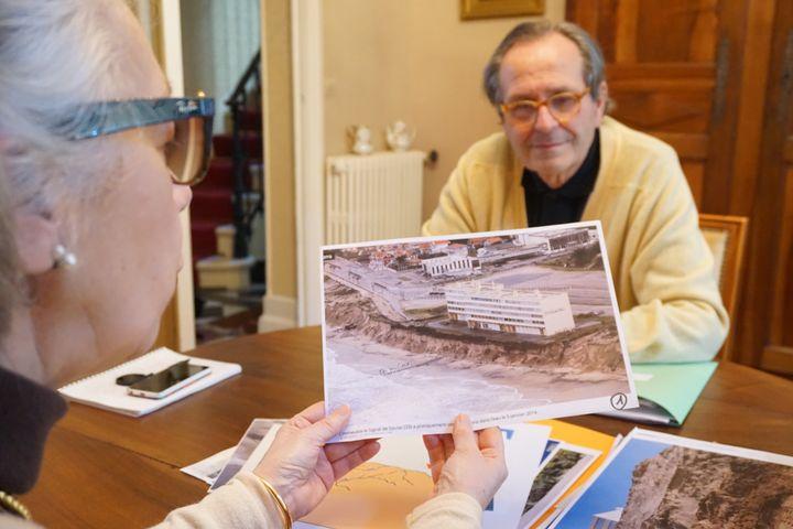 Les Bordelais Danielle et Vincent Duprat ont rassemblé des dizaines de documents et de photos du Signal. (JULIE RASPLUS / FRANCETV INFO)