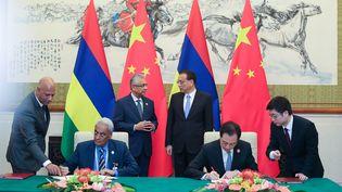 Signature, le 2 septembre 2018 à Pékin, de l'accord de libre échange entre la Chine et l'île Maurice. (POOL NEW / REUTERS)