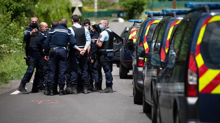 Des gendarmes participant aux recherches pour tenter de retrouver Valentin Marcone, le 13 mai 2021 à Saumane (Gard). (CLEMENT MAHOUDEAU / AFP)