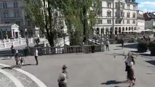 Le cœur de Paris sera-t-il bientôt sans voiture? C'estun pari qu'a déjà fait la capitale de la Slovénie. À Ljubljana, même les taxis restent en dehors du centre-ville. (FRANCE 2)
