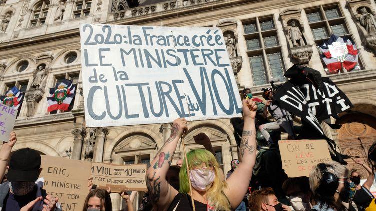 Des militantes féministes sont rassemblées à Paris, le 10 juillet 2020. (NATHANAEL CHARBONNIER / RADIO FRANCE)