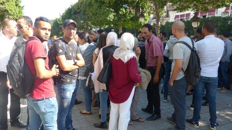 Discussion très politique regroupant de nombreux partisans du candidat à la présidentielle Kaïs Saïed, le 11 octobre 2019, sur l'avenue Bourguiba à Tunis. (FTV - Laurent Ribadeau Dumas)