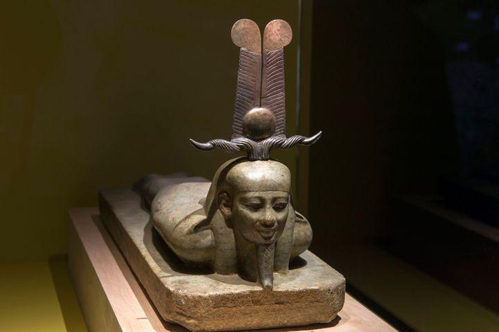 """Le réveil d'Osiris après le retour à la vie, sculpture exposée à l'Institut du monde arabe dans le cadre de l'exposition """"Osiris, mystères engloutis d'Egypte""""  (Annie Viannet / MAXPPP)"""
