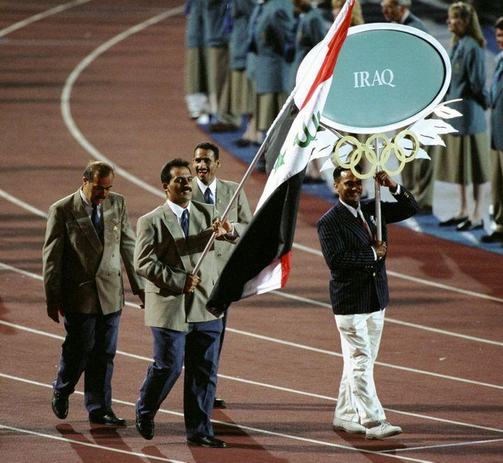 L'haltérophile irakien Raed Ahmed, porte-drapeau de l'Irak aux Jeux olympiques d'Atlanta (Géorgie, Etats-Unis), le 19 juillet 1996. (CLIVE BRUNSKILL / HULTON ARCHIVE)