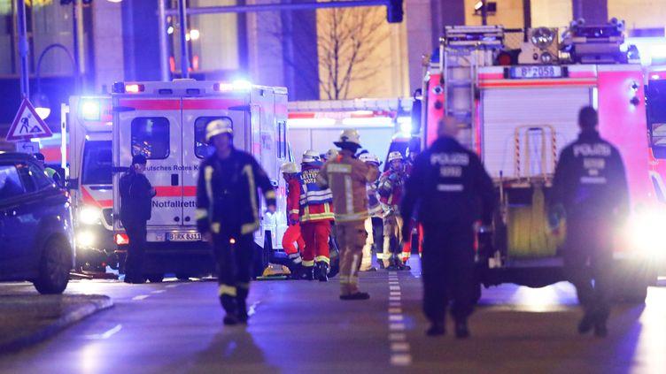Des pompiers et des policiers près du marché de Noël de Berlin (Allemagne) où un camion a foncé dans la foule, le 19 décembre 2016. (FABRIZIO BENSCH / REUTERS)