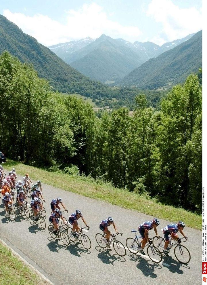 L'équipe US Postal de Lance Armstrong mène le peloton lors de l'étape entre Lannemezan et le plateau de Beille sur le Tour de France 2004, le 17 juillet. (CHRISTOPHE ENA / AP / SIPA)