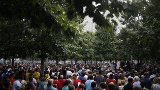 Des Américains observent une minute de silence, à l'occasion du quinzième anniversaire des attentats du 11 septembre, à New York, dimanche 11 septembre. (JOHN TAGGART / EPA)