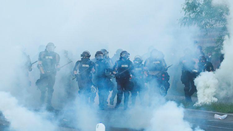 Des policiers déployés dans les rues de Minneapolis, le 31 mai 2020.  (LUCAS JACKSON / REUTERS)