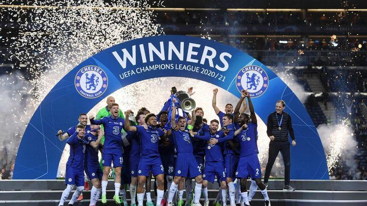 Les joueurs de Chelsea soulèvent la Ligue des champions après leur victoire contre Manchester City en finale, le 29 mai 2021. (ALEX CAPARROS - UEFA / ANADOLU AGENCY)